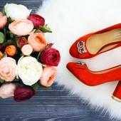 Элегантные туфли с украшением.