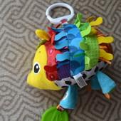 развивающая игрушка подвеска Lamaze ёжик хью для малыша
