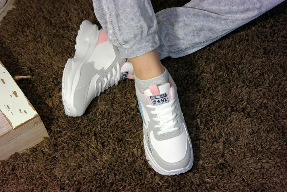 Женские стильные кроссовки на высокой подошве. тренд сезона фото №1