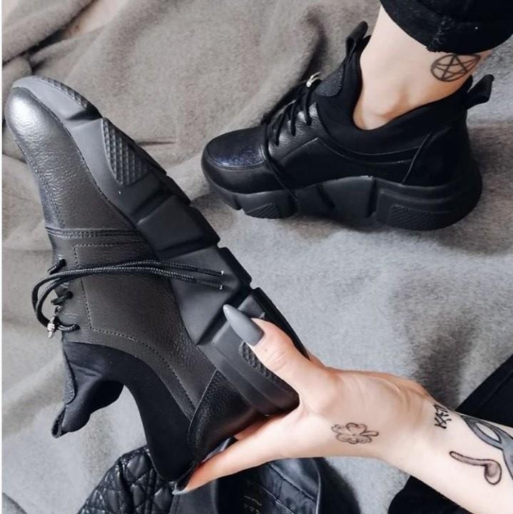Стильные черные кожаные кроссовки на рельефной подошве со стрейчем фото №1