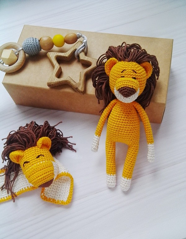 Подарочный набор для малыша: держатель для пустышки, погремушка, мягкая игрушка лев фото №1