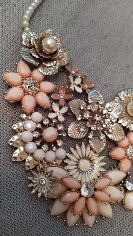 Роскошное кольев с цветами в персиковых и бежевых тонах фото №1