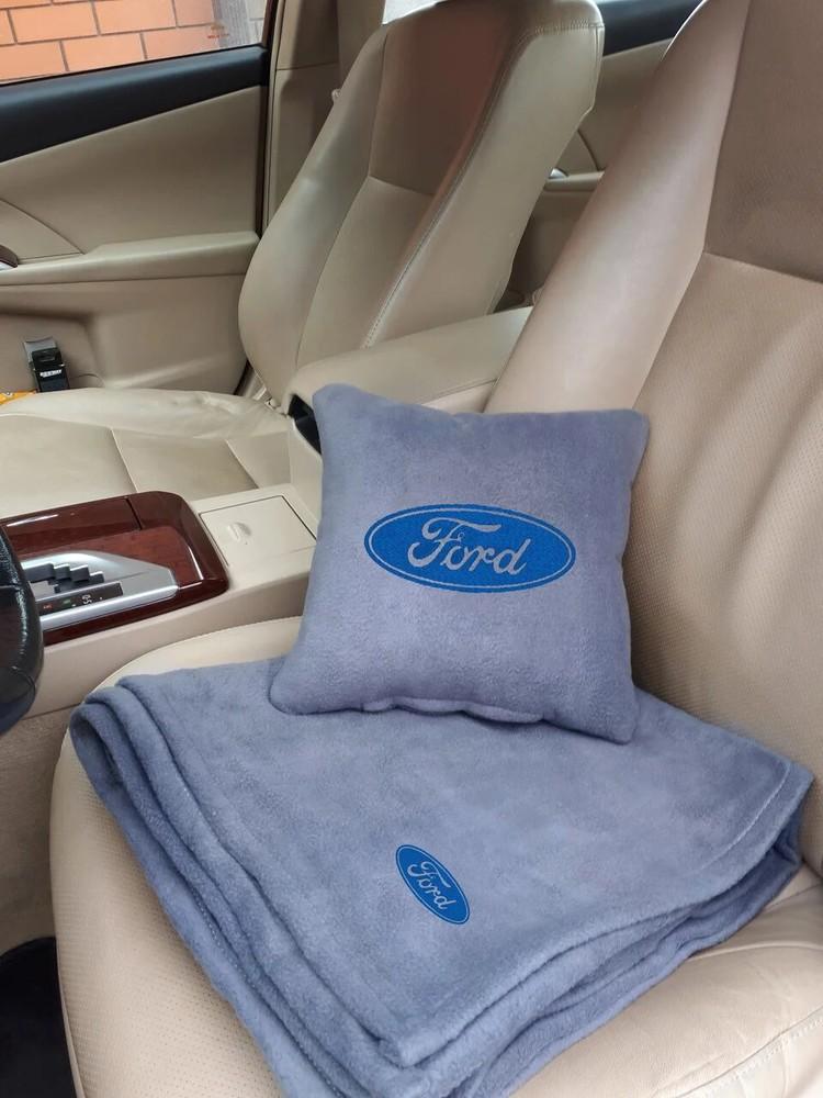 Автомобильный плед-подушка в чехле с вышивкой логотипа, формой машины, номеров и т.д. фото №1